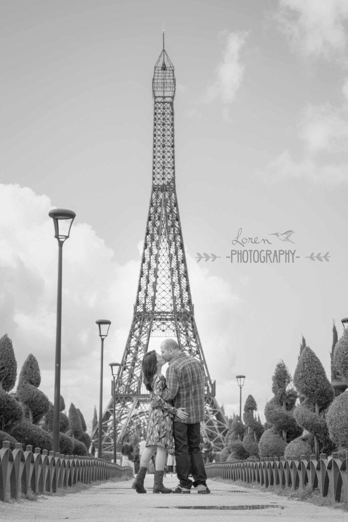 pareja enamorada parque de Europa torre eiffel -LorenPhotography-11_BN